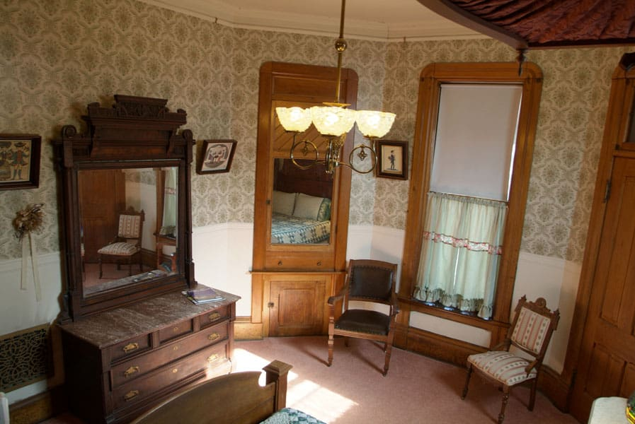 Room Shares-Bath with a Queen Bed 2
